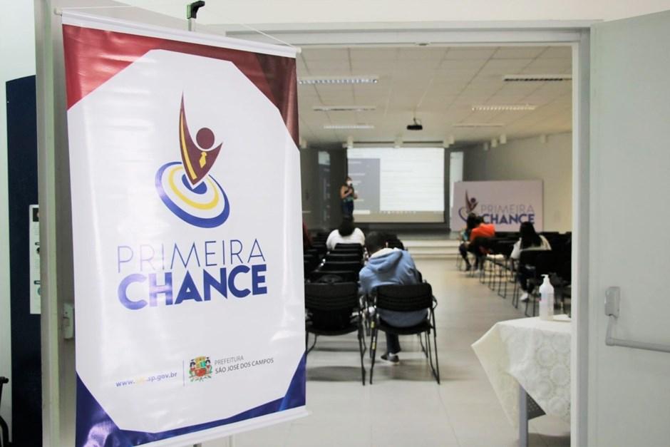 Jovens participam de aula sobre elaboração de currículo e inovação