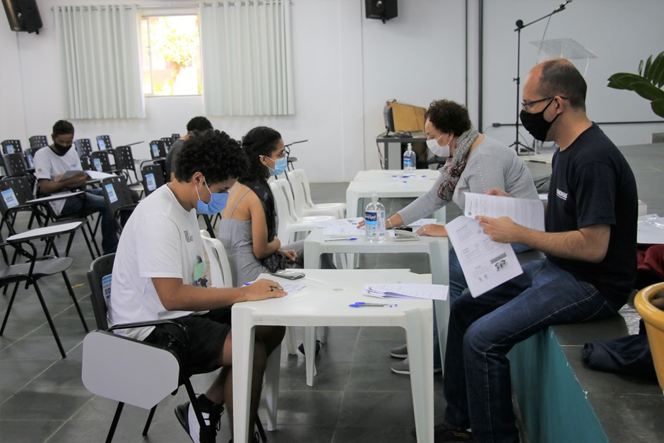 Alunos da Fundhas assinam contrato de trabalho pelo programa Jovem Aprendiz