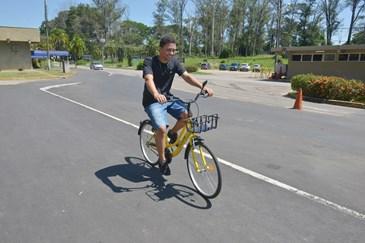 d5f7ac08e O estudante universitário Luís Gustavo de Souza pedalando pelas ruas do  DCTA com bike compartilhada