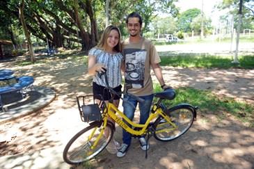 4d58899f5 O estudante universitário João Pedro Baroni com a namorada Sabrina  para ir  á festa de